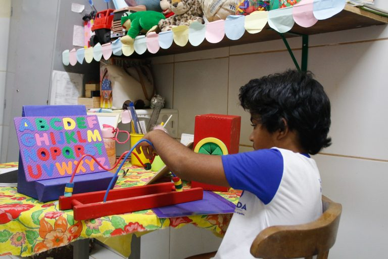 Educação - ensino especial - salas de recursos multifuncional alunos professores necessidades especiais deficiências (escola em Olinda-PE)