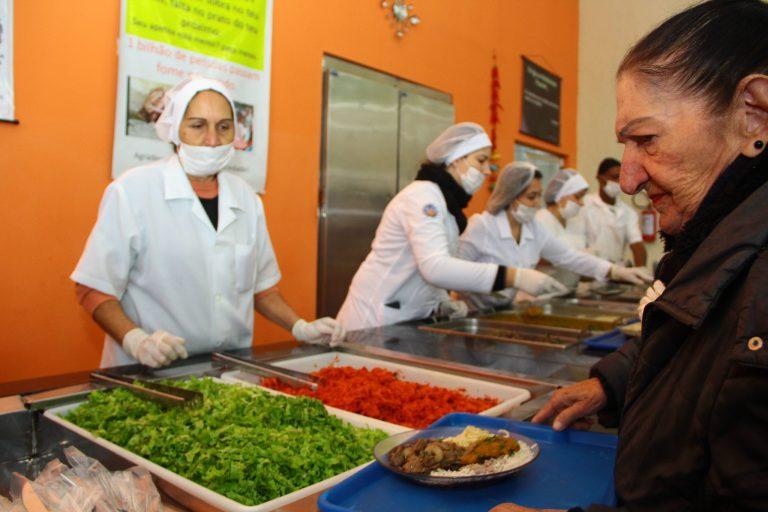 Direitos Humanos - idoso - alimentação saudável saúde refeição terceira idade segurança alimentar restaurante comunitário baixa renda pobreza pobres assistência social (restaurante comunitário de Pelotas-RS)