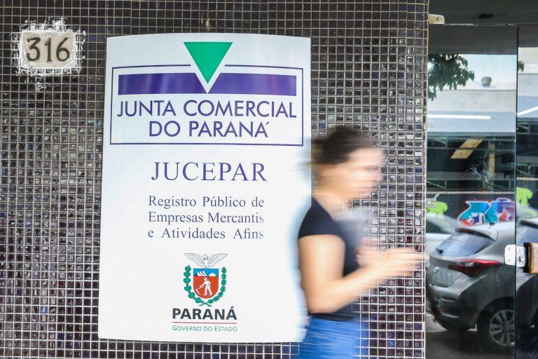 Parede revestida de pastilhas azuis onde há um letreiro da Junta Comercial do Paraná