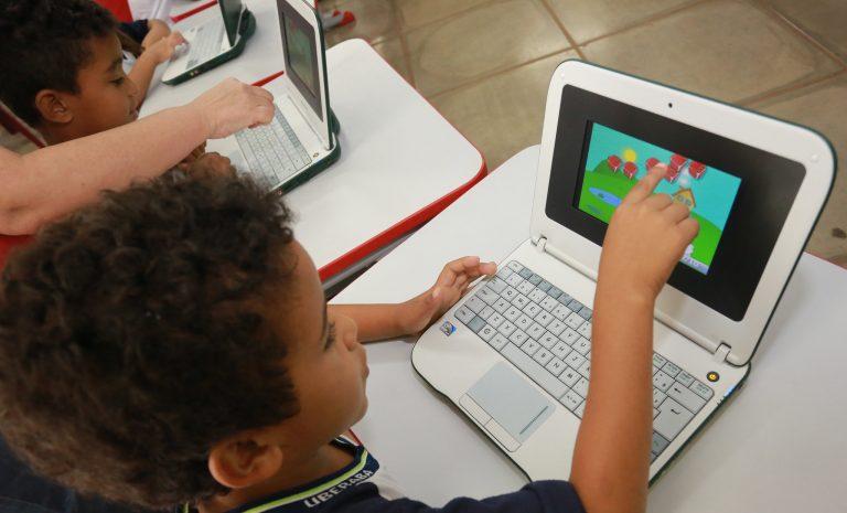 Educação - investimento - tecnologia crianças alunos estudantes inclusão digital (projeto Um Computador por Aluno em Uberaba-MG)