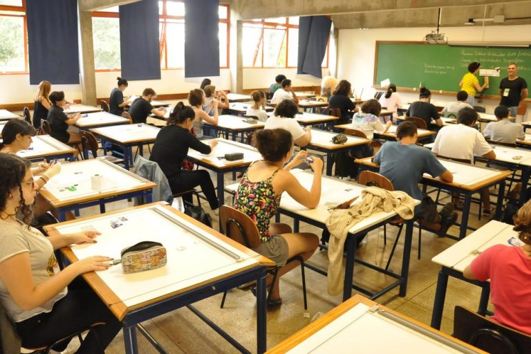 Educação - geral - vestibular universidades faculdades ensino superior jovens estudantes avaliações concursos (vestibular na Universidade Estadual de Londrina-PR)