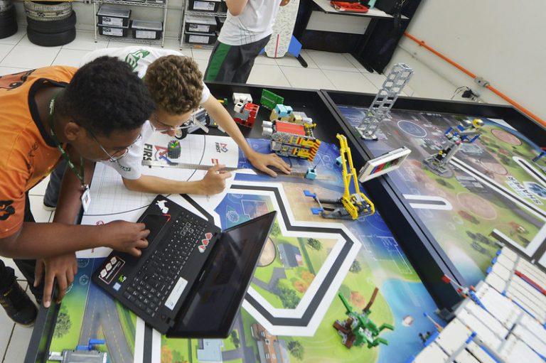 Educação - Geral - Tecnologia - Robótica - Equipes do SESI Sobradinho inscritas no torneio regional de robótica. Apresentação dos novos tapetes de competição.