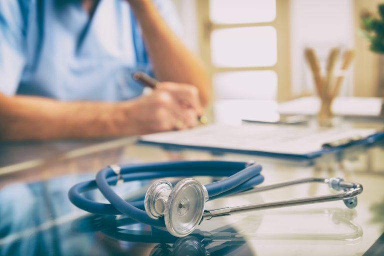 Saúde - geral - médico - consulta médoca Close-up de estetoscópio e médico