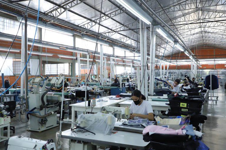 Economia - indústria e comércio - trabalhador - indústria textil- fábrica - empresa - Raffer começou como uma pequena alfaiataria e foi crescendo