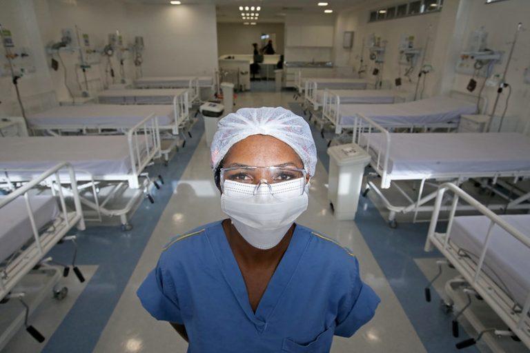 Enfermeira negra em hospital em Feira de Santana (BA)
