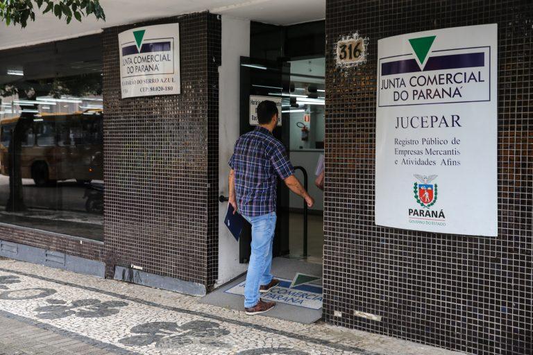 Homem de costas entra no prédio da Junta Comercial do Paraná