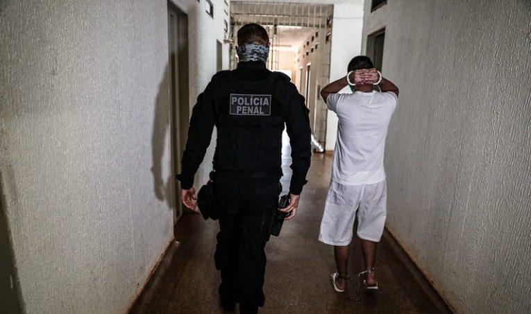 Policial acompanha preso em presídio