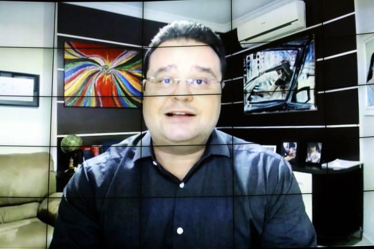 Deputado Fábio Trad fala olhando para a tela do computador