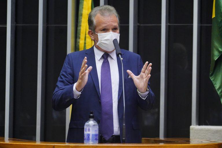 Deputado André Figueiredo usa máscara e discursa no Plenário da Câmara