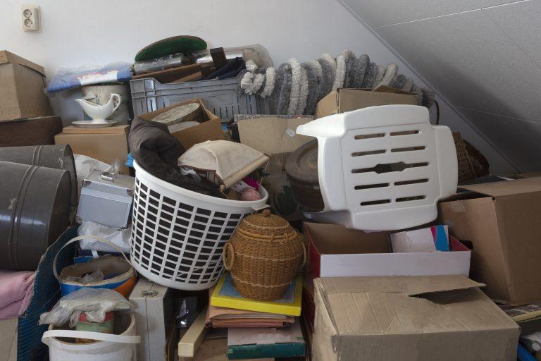 Caixas e móveis empilhados