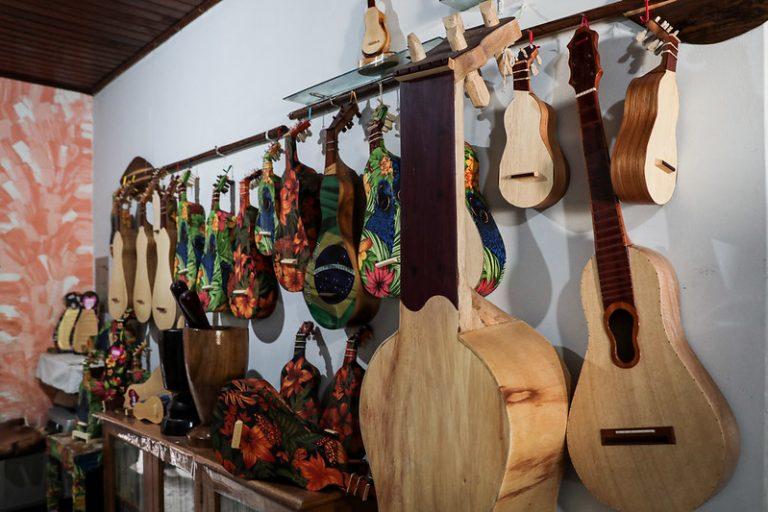 Instrumentos e outros objetos de artesanato em loja