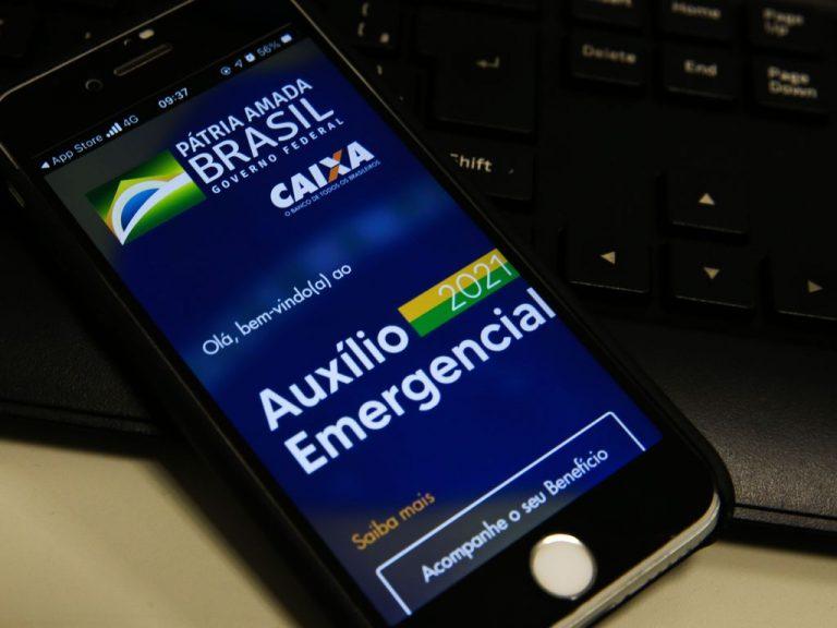 Assistência Social - benefício - auxílio emergencial - auxílio 2021 - pandemia - covid-19 - celular na tela do aplicativo do benefício emergencial
