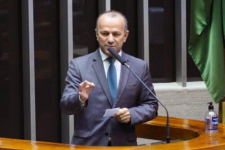 Deputado Helder Salomão fala ao microfone no Plenário da Câmara