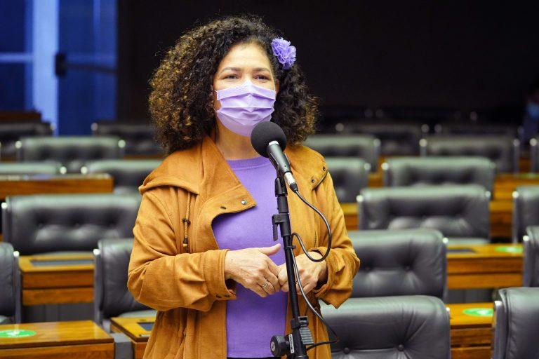 Deputada Perpétua Almeida discursa no Plenário da Câmara