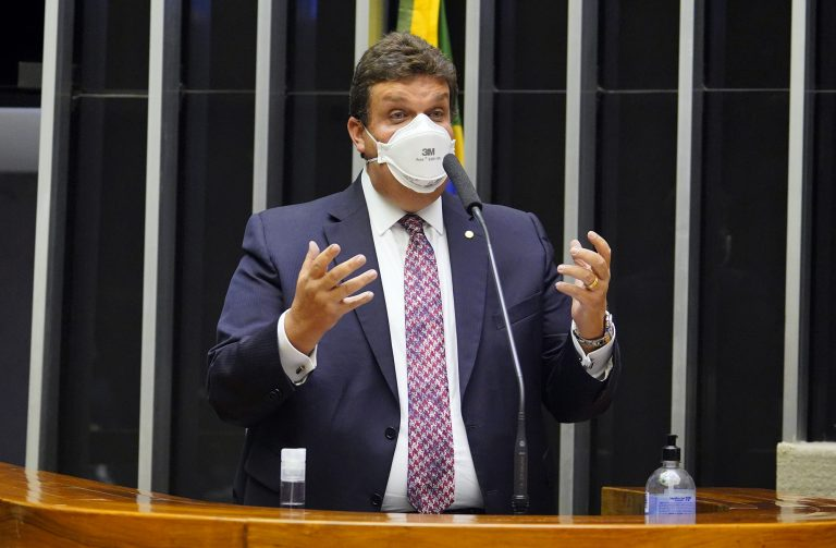 Deputado Wolney Queiroz discursa no Plenário da Câmara