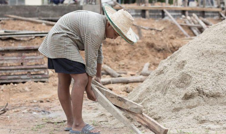 Menino trabalha na construção civil