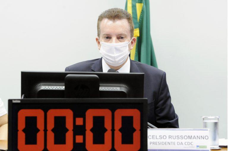 Deputado Celso Russomanno está sentado, de máscara atrás de um computador. Em primeiro plano há um cronômetro