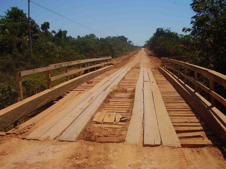 Ponte de madeira na estrada