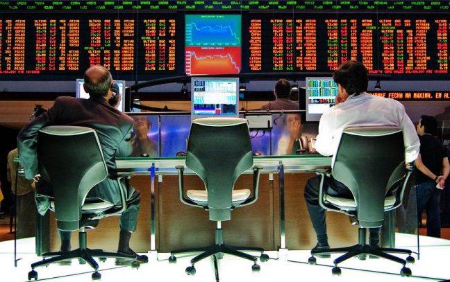 Pessoas trabalham na bolsa de valores