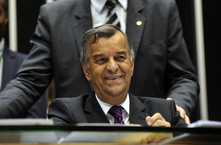 Parlamentares e servidores homenageiam o secretário-geral da Mesa, Mozart Vianna