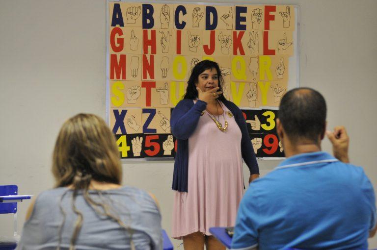 Direitos Humanos - deficiente - aula de Libras língua brasileira de sinais surdos surdez deficiência auditiva