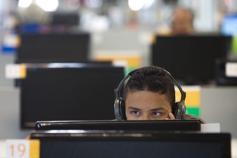 Tecnologia - geral - computador internet internauta fone de ouvido jogos eletrônicos