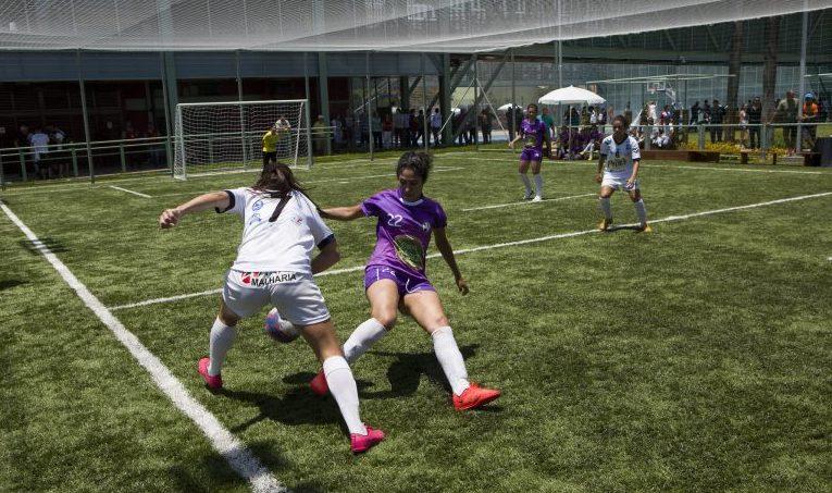 Mulheres jogam futebol