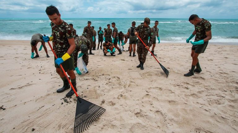 Meio Ambiente - geral - vazamento óleo praias Nordeste exército