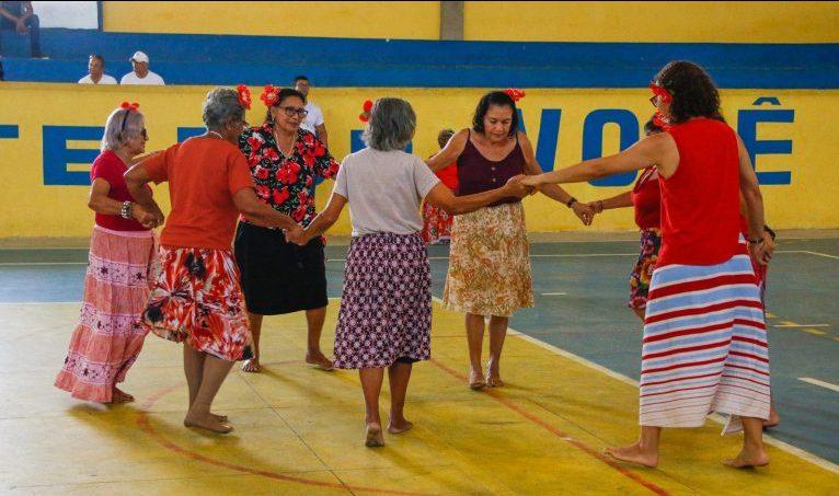 Grupo de idosos participa de dança