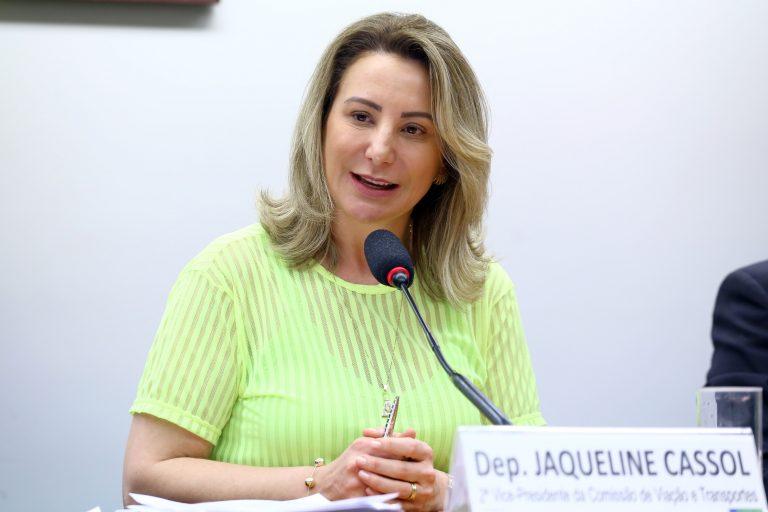 Deputada Jaqueline Cassol está sentada falando ao microfone