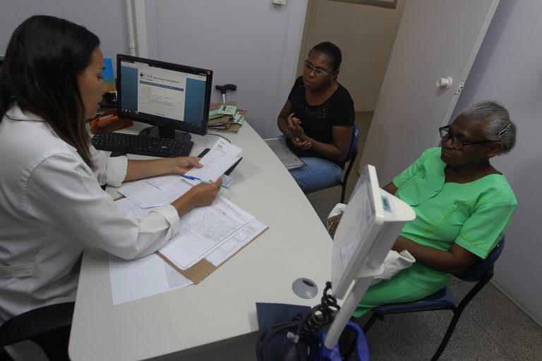 Saúde - hospitais - consultas médicos atendimento idoso terceira idade tratamento acompanhante receita médica prontuário