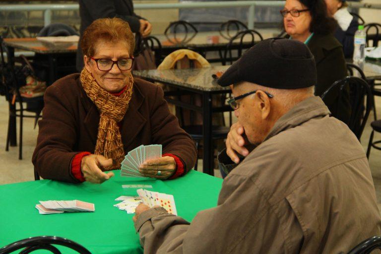 Direitos Humanos - idoso - convivência jogos cartas lazer baralho passatempo