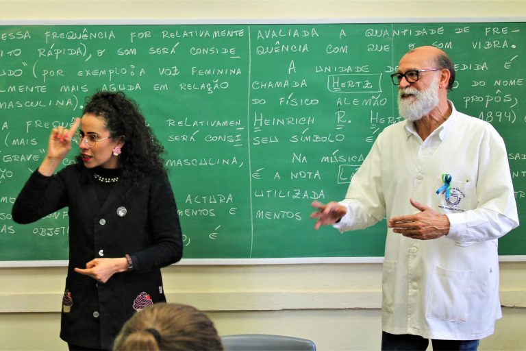 Direitos Humanos - deficiente - auditivo surdos intérpretes libras sala de aula ensino alunos estudantes