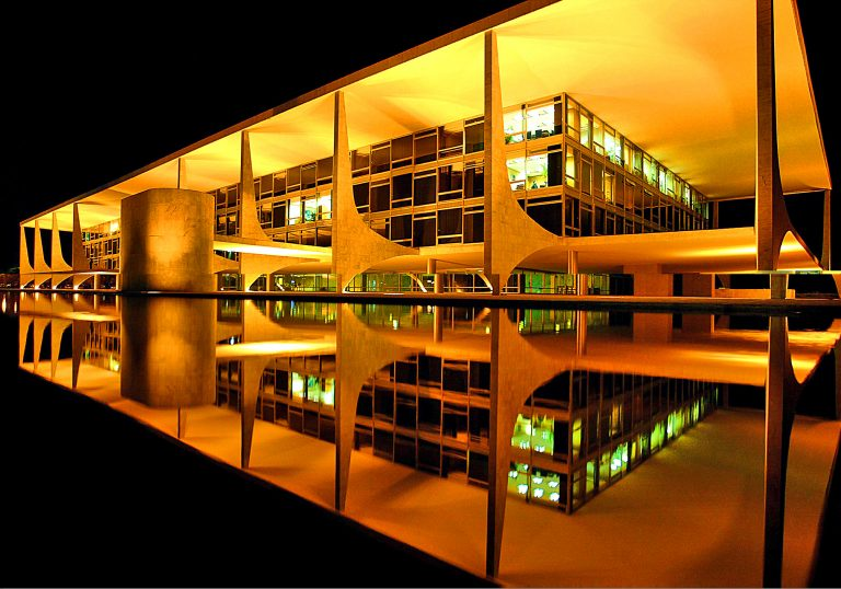 Palácio do Planalto iluminado à noite