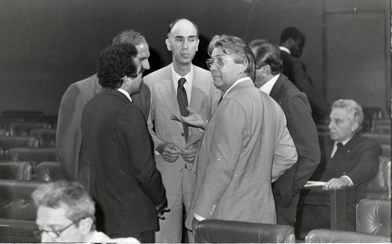 História do Brasil - redemocratização - Assembleia Constituinte (ao centro, senador Marco Maciel (PFL-PE) conversa com outros parlamentares, como o senador Mário Covas  (PSDB-SP))