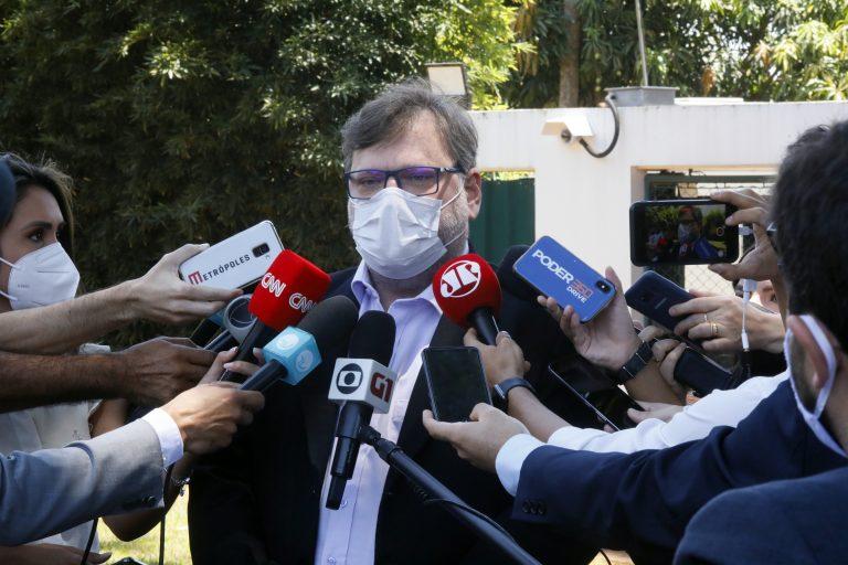 Deputado Paulo Bengtson concede entrevista. Ele está em pé cercado por vários microfones e gravadores