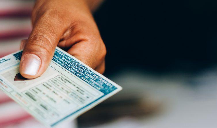 Transporte - geral - Carteira de motorista - CNH - Homem segura carteira de habilitação
