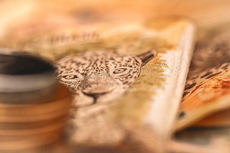 Cédulas de dinheiro e moedas empilhadas