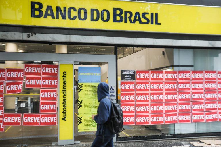 Economia - geral - bancos - Banco do Brasil - greve - greve dos bancários - funcionários do Banco do Brasil realizam paralisação nacional. As mudanças anunciadas pelo BB preveem fechamento de centenas de unidades, demissão de 5 mil de trabalhadores, descomissionamento de funções e extinção do cargo de caixa.