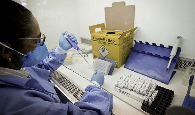 Pesquisadora em laboratório