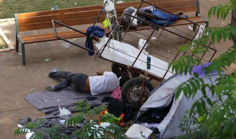 Moradores de rua dormem em praça