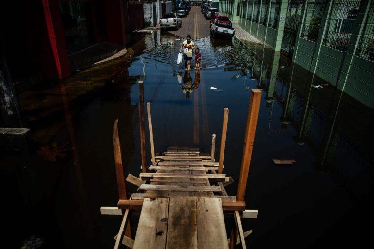Cidades - geral - enchente - Manaus - Os rios da Bacia Amazônica vivem uma forte enchente e a expectativa é que o volume de água supere a cheia recorde de 2012.
