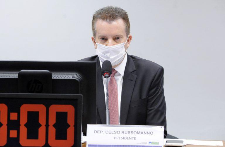 Deputado Celso Russomanno está sentado. Ele usa um terno escuro e máscara. À frente dele há um microfone e um cronômetro