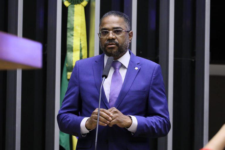Deputado Márcio Marinho discursa no Plenário da Câmara