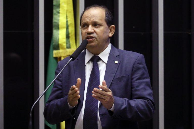 Deputado Eli Borges discursa no Plenário da Câmara