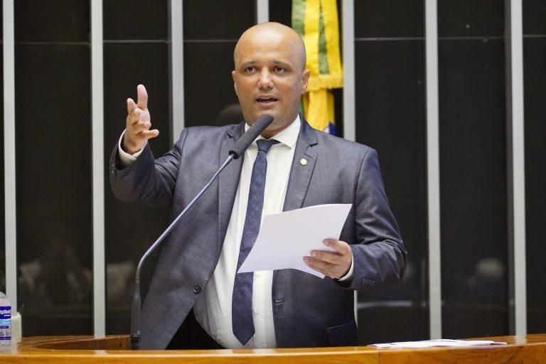 Deputado Vitor Hugo discursa no Plenário da Câmara
