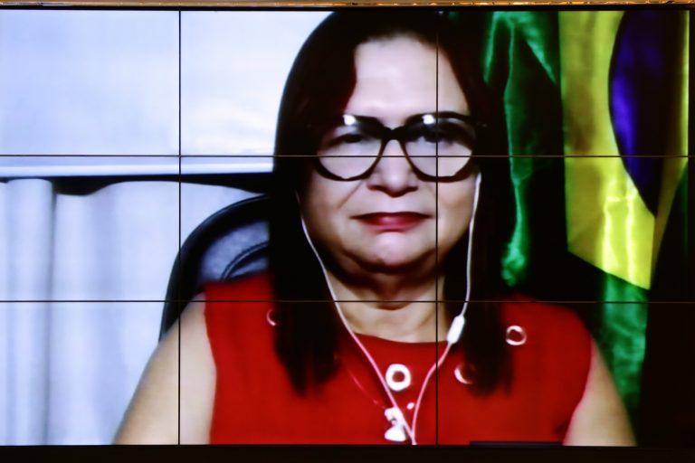 Deputada Professora Rosa Neide em reunião de comissão