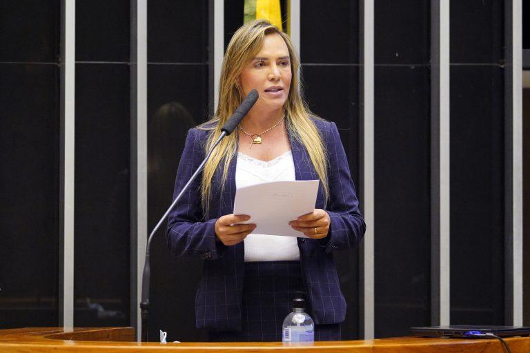 Deputada Celina Leão discursa no Plenário da Câmara. Ela é loira e veste um terno azul marinho