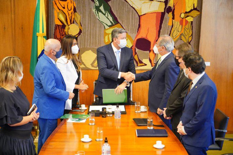 Lira recebe o projeto das mãos do ministro Paulo Guedes