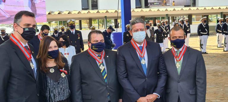 Presidentes do Senado e da Câmara ao lado de outros deputados posam com uma medalha no pescoço
